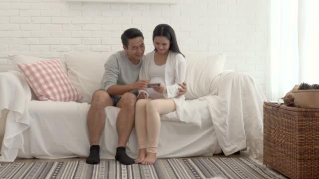 vídeos de stock, filmes e b-roll de mulher grávida par ver filme xray - cuidado pré natal