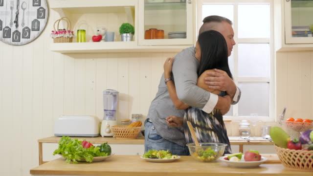 vidéos et rushes de couple prépare la salade en cuisine - salade verte