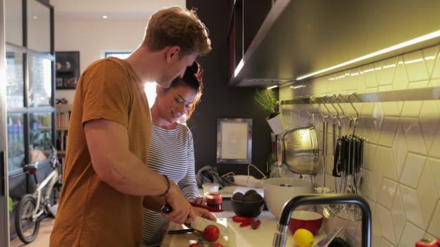 paar bereitet ein gesundes abendessen vor - essen zubereiten stock-videos und b-roll-filmmaterial