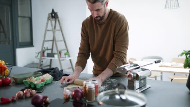 vídeos y material grabado en eventos de stock de couple preparing a meal together - procedimiento