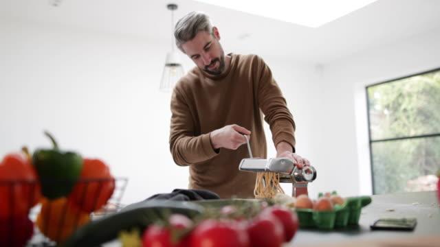 vídeos y material grabado en eventos de stock de couple preparing an evening meal together - procedimiento