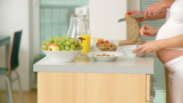 vídeos de stock, filmes e b-roll de dolly hd: casal preparando café-da-manhã - cuidado pré natal