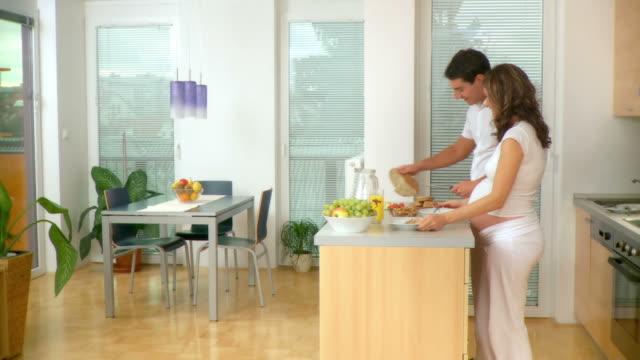 DOLLY HD: Paar Vorbereitung Frühstück