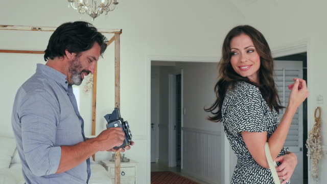 stockvideo's en b-roll-footage met couple preparing for photo shoot - 30 39 jaar