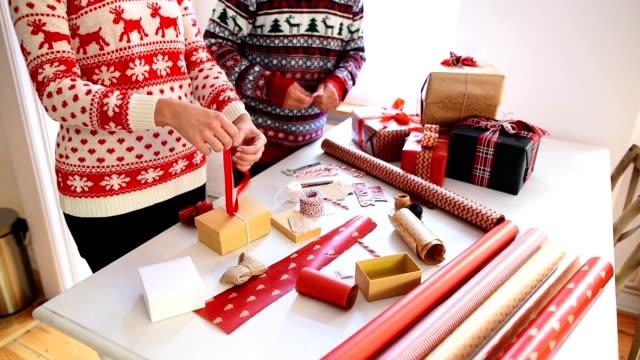 paar vorbereitungen die pakete für weihnachten - geschenk stock-videos und b-roll-filmmaterial