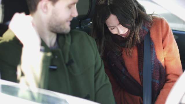 vidéos et rushes de couple putting seat belts on ready for drive - ceinture de sécurité
