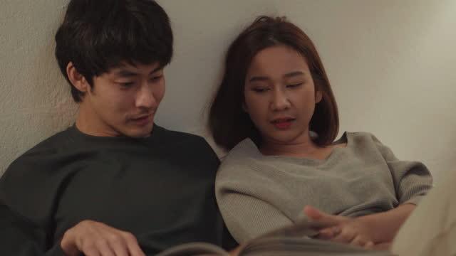 本を読むカップル - 雑誌点の映像素材/bロール