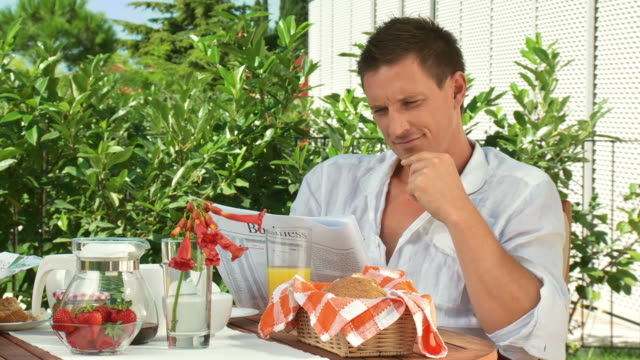 dolly hd: paar lesung nach dem frühstück - magazine stock-videos und b-roll-filmmaterial