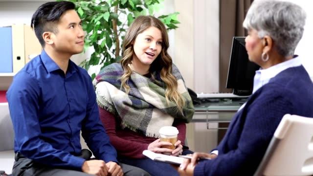 夫婦はメンタルヘルス専門家からカウンセリングを受ける。 - 口論点の映像素材/bロール