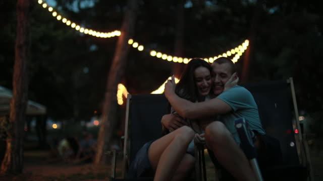 vídeos y material grabado en eventos de stock de recibir buenas noticias de pareja - pareja heterosexual