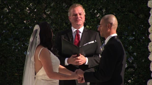 vídeos de stock e filmes b-roll de couple reciting wedding vows - votos matrimoniais