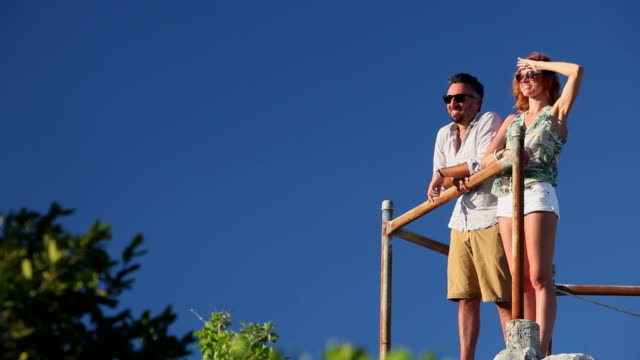 couple regarding the horizon - 2人点の映像素材/bロール