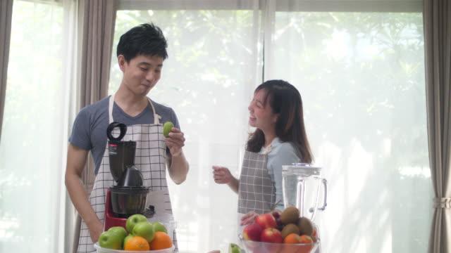 キッチンでのカップル関係 - 空白の画面点の映像素材/bロール