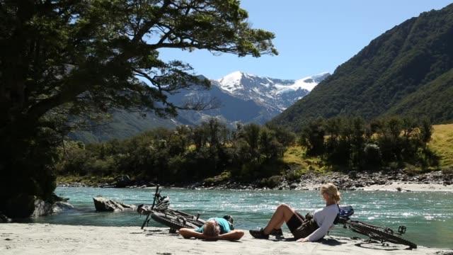 par koppla av med mountain cyklar längs floden - nya zeeland bildbanksvideor och videomaterial från bakom kulisserna