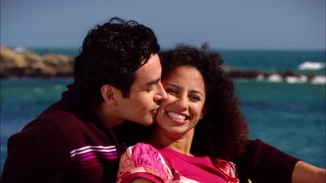 vidéos et rushes de cu, couple relaxing at ocean shore, leffingwell park, cambria, california, usa - couple d'âge moyen