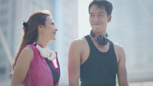 vídeos de stock, filmes e b-roll de casal relaxando por gostar de ouvir uma música após o término do exercício. câmera lenta. - calções de corrida