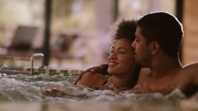 vídeos de stock, filmes e b-roll de casal relaxando na banheira - interior