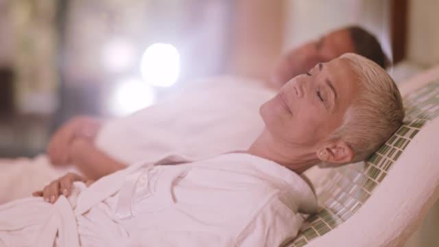 vidéos et rushes de couple de détente sur chaud tepidarium au spa - établissement de cure