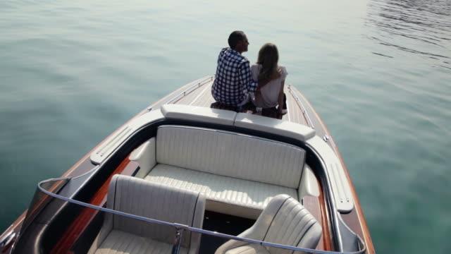 Coppia rilassante in yacht