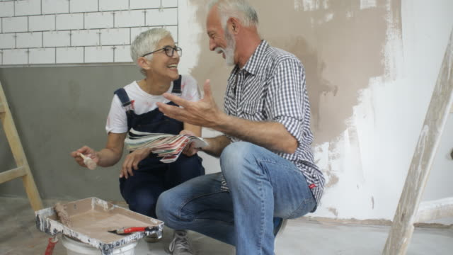 vídeos y material grabado en eventos de stock de pareja remodelando su casa - reforma