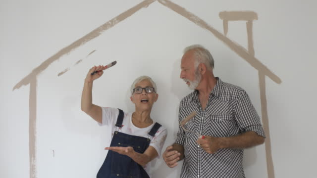 vídeos y material grabado en eventos de stock de pareja remodelando su casa - bricolaje