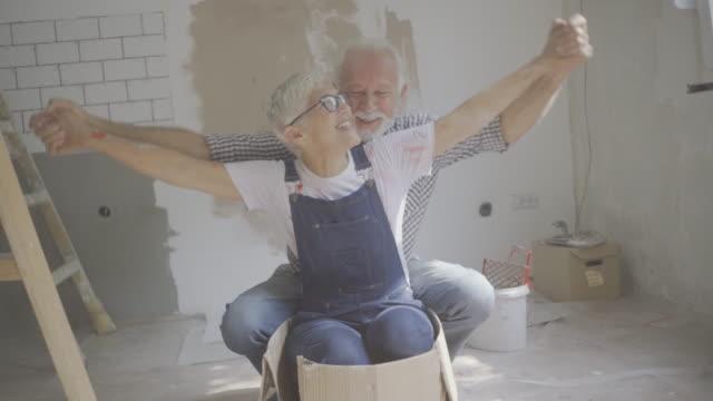 vídeos de stock, filmes e b-roll de pares que remodelam sua home - alegria