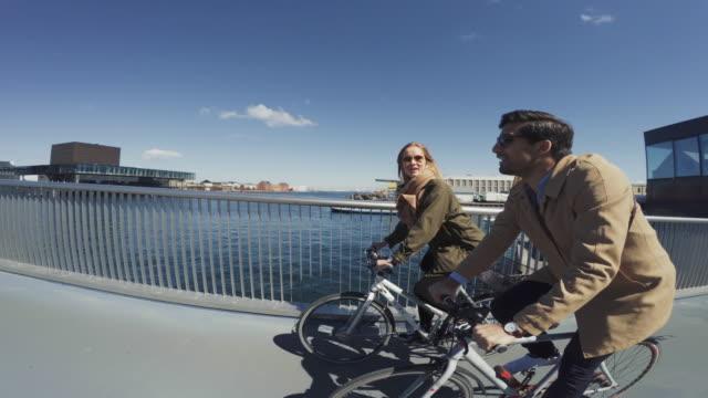 paar städtische straße stadt fahrrad fahren - kopenhagen stock-videos und b-roll-filmmaterial