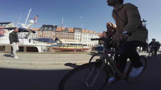 vídeos de stock, filmes e b-roll de andar de bicicleta de estrada urbana cidade de casal - copenhague