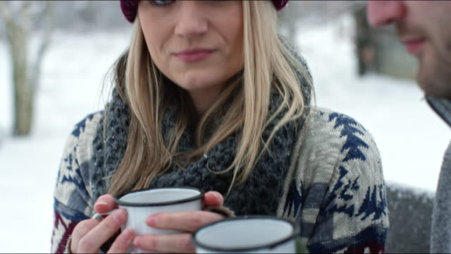 vidéos et rushes de couple roasting marshmallows and sharing hot cocoa around a campfire - boisson chaude
