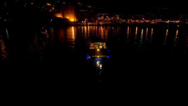 couple romance in boat on the sea - barca da diporto video stock e b–roll