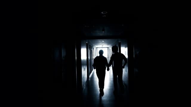 Par som kör i mörker