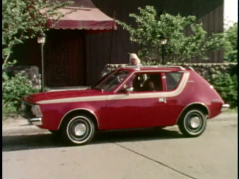 vidéos et rushes de montage ws zo couple running out of building and getting into red 1973 amc gremlin/ ws car driving away with just married sign on back/ usa - jeunes mariés