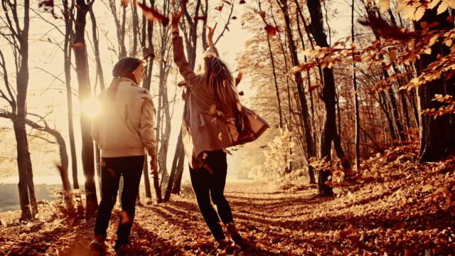SLO, MO, verstreuten Blätter Paar beim Laufen im Wald