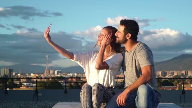 paar selfie auf dem dach - lateinische schrift stock-videos und b-roll-filmmaterial
