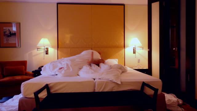 stockvideo's en b-roll-footage met paar delen en erotische moment in een bed in een hotelkamer - seksuele thema's