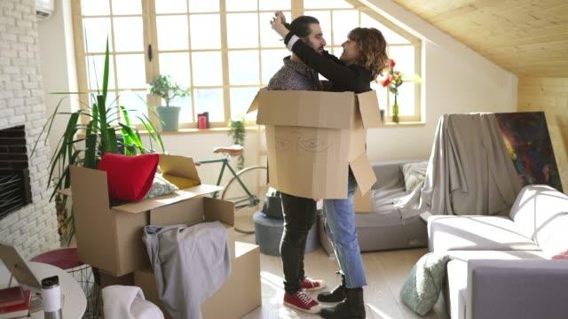 vidéos et rushes de couples partageant l'amour dans la nouvelle maison - messy room