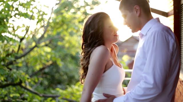 vídeos de stock, filmes e b-roll de casal compartilhando pôr-do-sol romântico - flertar