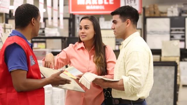 vidéos et rushes de couple shopping in home improvement store for tile - store
