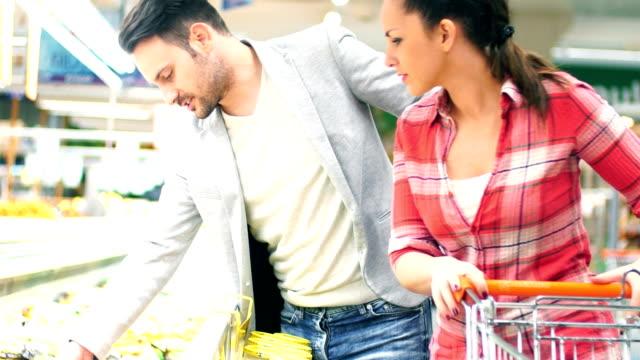 vídeos de stock, filmes e b-roll de casal compras no supermercado. - etiqueta mensagem