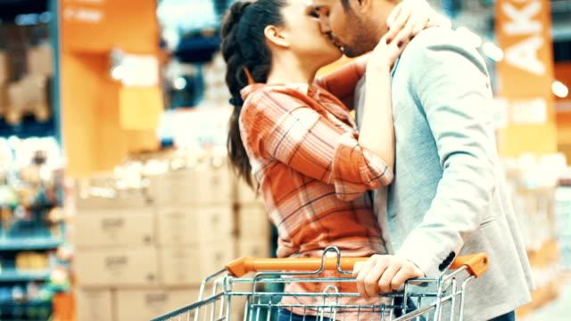 vídeos y material grabado en eventos de stock de pareja de compras en el supermercado. - tienda de fruta y verdura