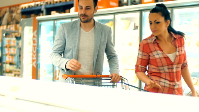Paar winkelen in de supermarkt.