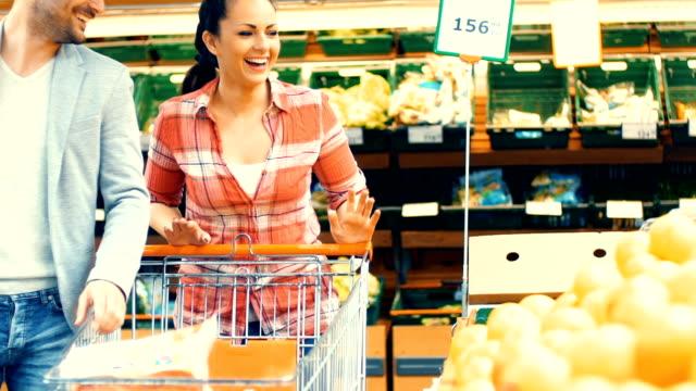 vídeos de stock e filmes b-roll de casal de compras no supermercado. - viciado em compras