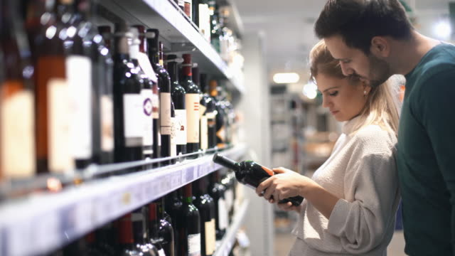 stockvideo's en b-roll-footage met paar winkelen in de supermarkt. - alcohol