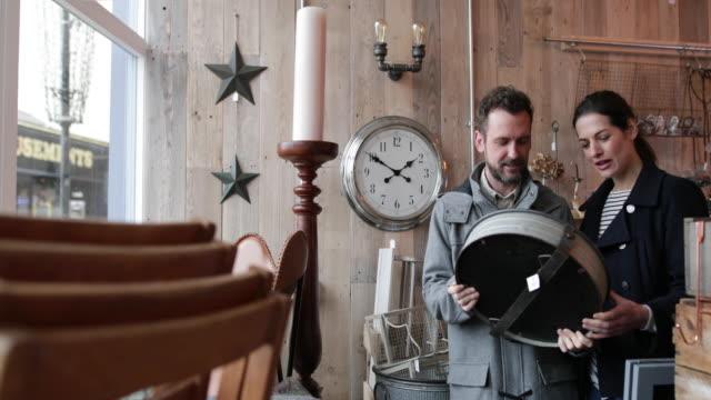 vidéos et rushes de couple shopping in vintage antique store - miroir ancien