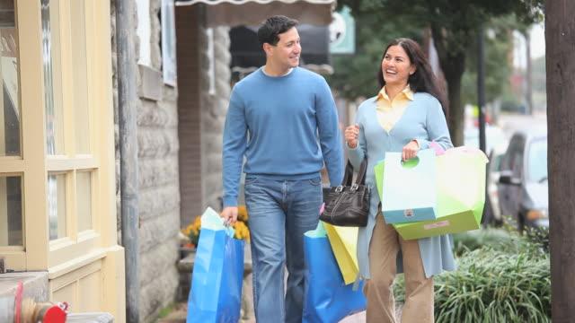 ms couple shopping on city street, petersburg, virginia, usa - mellanstor grupp av objekt bildbanksvideor och videomaterial från bakom kulisserna