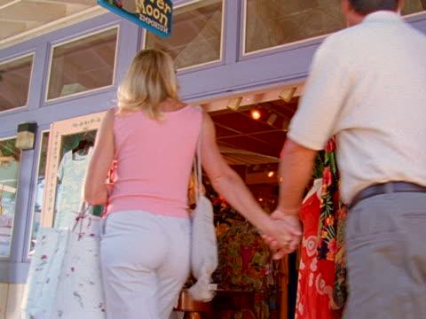 couple shopping together - dreiviertelansicht stock-videos und b-roll-filmmaterial