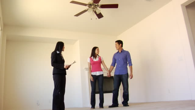 vídeos de stock, filmes e b-roll de la ws couple signing form in new house, then they shake hands with realtor and she gives them keys / los angeles, california, usa - chave