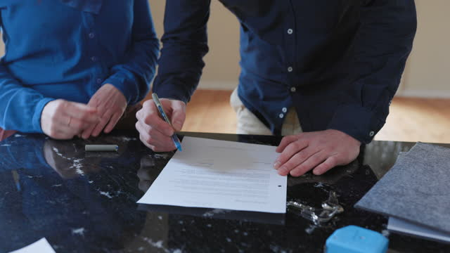 coppia che firma il contratto per la nuova casa - strategia di vendita video stock e b–roll