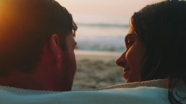 vídeos y material grabado en eventos de stock de sesión de pareja en la playa - novio relación humana