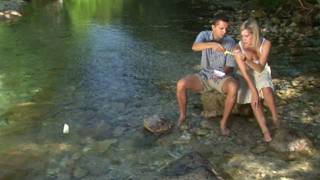 vídeos y material grabado en eventos de stock de hd: sesión de pareja junto al agua - buena condición